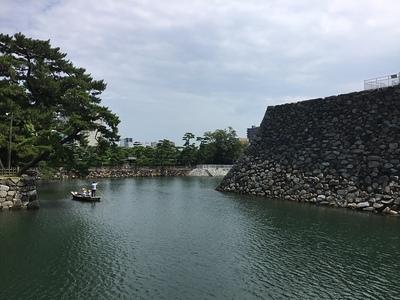 天守台と堀の舟