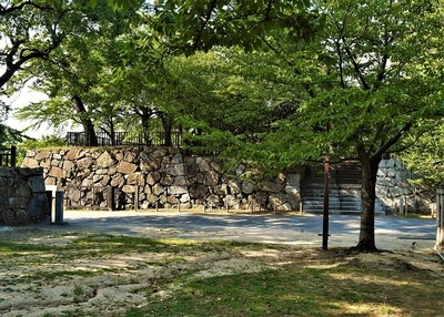 松の丸より西口門及び鉄門跡石垣