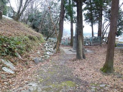 門のすぐそばに出土した墓石類が集められている