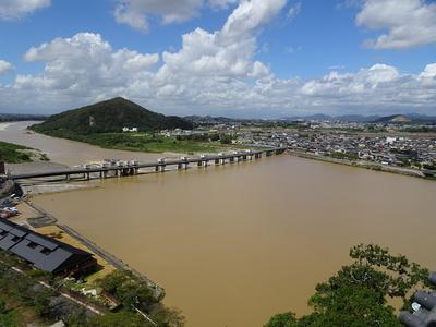 天守から望むライン大橋と伊木山