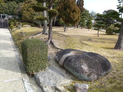 聖武天皇陵の参道にある眉間寺塔跡の礎石