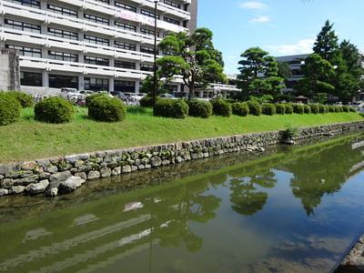 県庁前の水堀