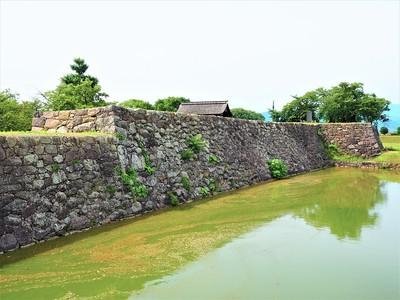 本丸石垣(東側)と堀
