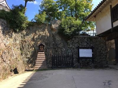 天然の岩と石垣