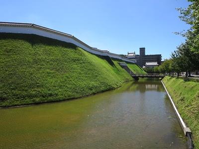 復元された水堀と土塁