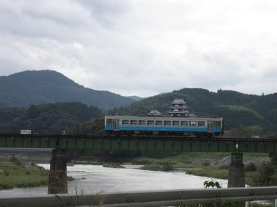 大洲城と鉄橋を渡る汽車(阿蔵地区から撮影)