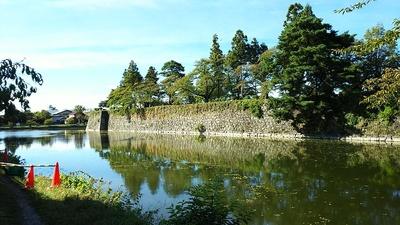 西出丸の内讃岐門跡付近から見る石垣と水堀
