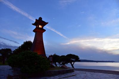 夕暮れの宍道湖、青柳楼の大燈籠