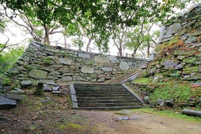 正面に西馬具櫓跡石垣、右に弓櫓跡石垣