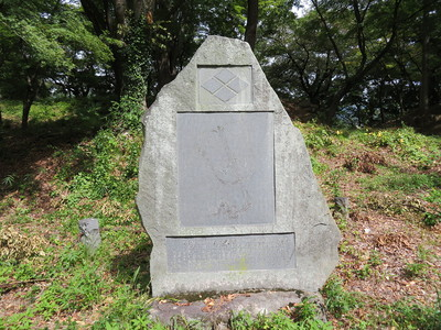 軍配と武田菱の石碑