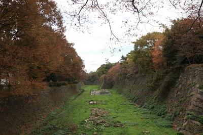 南側の石垣と堀