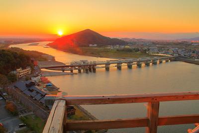 木曽川と夕日を高欄越しに