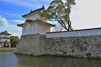 三の丸大手隅櫓と土塀(北側)