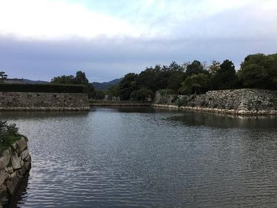 二の丸石垣(左)と本丸石垣(右)