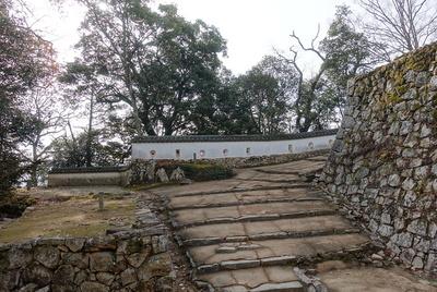 大手門跡から現存部分の三の平櫓東土塀を見る