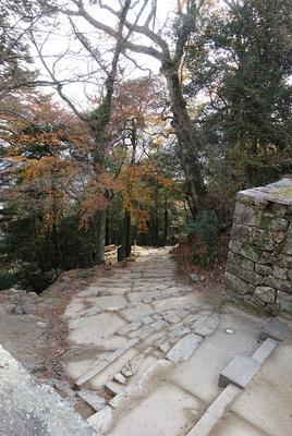 大手門跡から登城路を見る