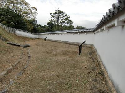 二之丸帯曲輪と復元土塀