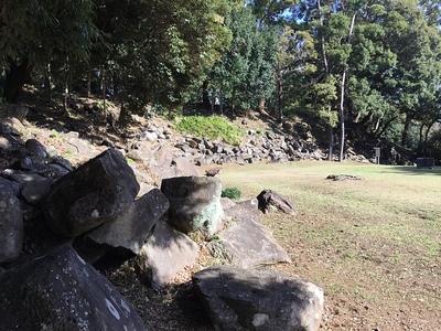 西曲輪から見る天守台石垣と本丸石垣