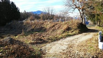 鉄塔付近の空堀(左)と土塁