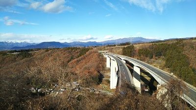 城跡入口から見る関越自動車道(2018初冬)
