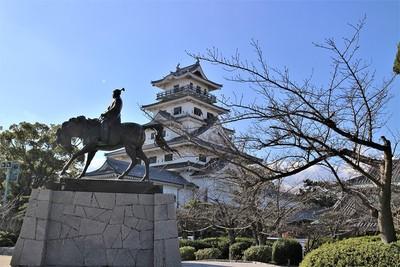 藤堂高虎像と模擬天守(北東側)