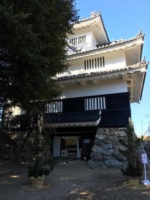 鉄櫓と門松