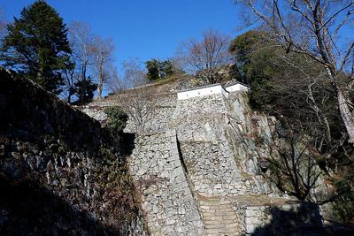 大手門脇の石垣と岩盤