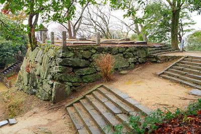 帳櫓跡石垣を、西二の丸跡から