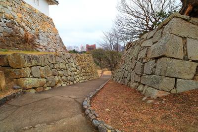 坤櫓石垣と、稲荷郭からの坂道
