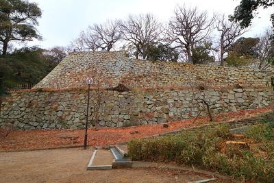 帯郭と二の丸南面の石垣(2)