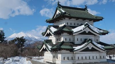 弘前城天守と岩木山(見学台から)