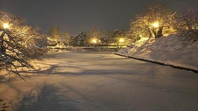 雪で一面白くなってる水堀(2019上杉雪灯篭まつり)