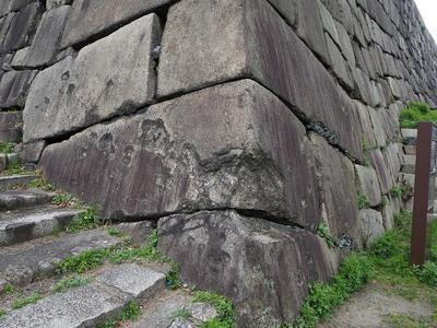 山里丸石垣の機銃掃射痕