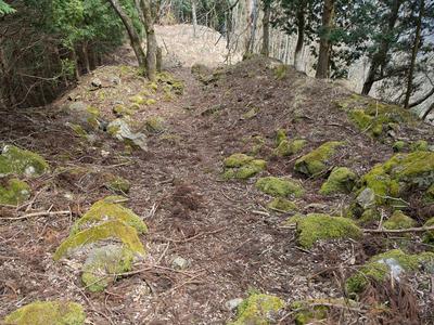周山城 二の丸から本丸への登り石垣(本丸側から)