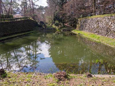 亀山城 内堀跡と復元石垣