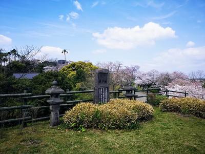 城址碑(桜の季節)