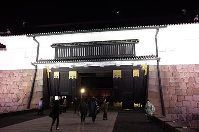 月と東大手門(桜まつりライトアップ)