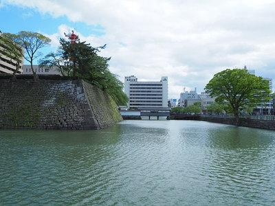 天守台跡と御廊下橋(北側から)