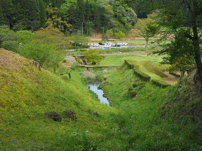 中の御殿跡〜湯殿跡庭園間の堀切