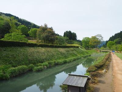 朝倉義景館跡周囲の土塁と堀(西側)