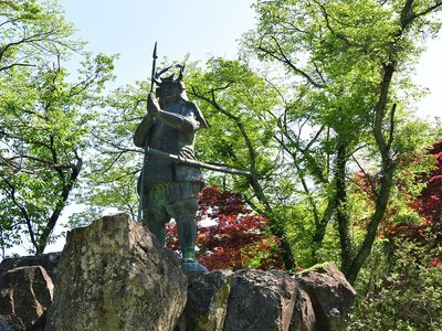 山中鹿介銅像