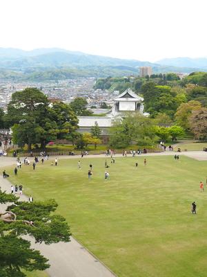 菱櫓内から見る三の丸広場と石川門
