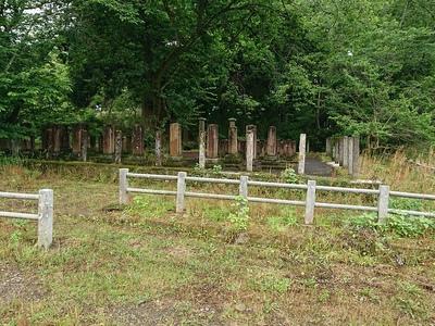 官軍墓地(本丸跡南側)