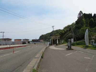 国道101号脇の駐車場&登城口