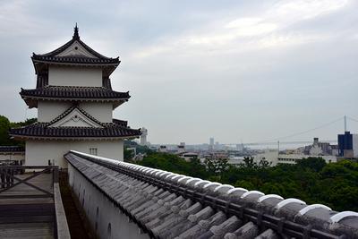巽櫓と明石大橋