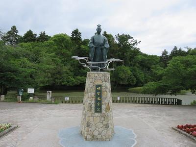 南郷公園に建つ光秀公像