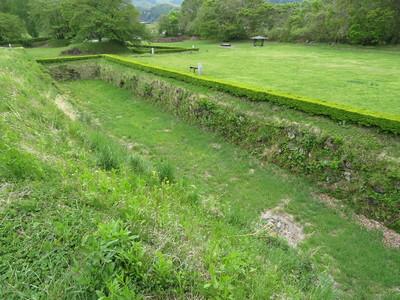 本丸南西隅櫓跡 から本丸南側の空堀