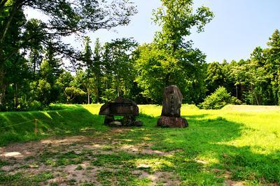 本丸の土塁と城址碑