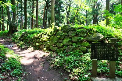 三の丸門跡の石垣と説明板