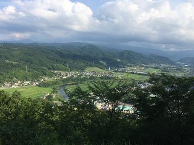 登城口から見える修善寺市街と狩野川